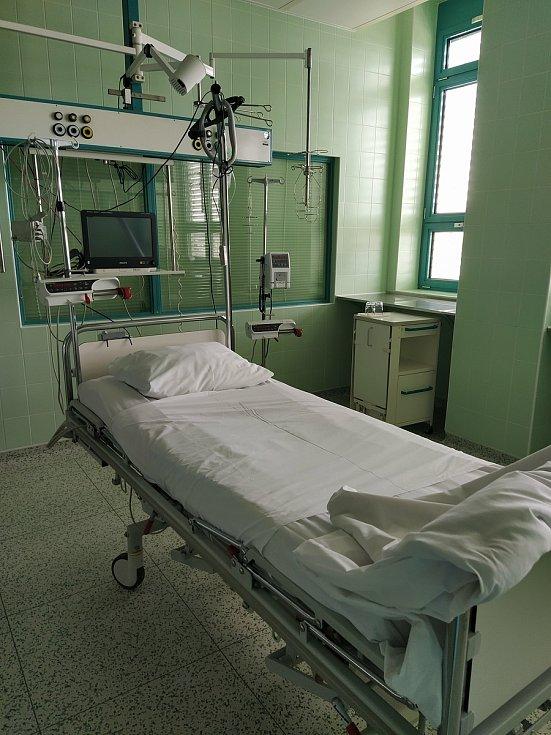 Jedno prázdné lůžko těsně před příjmem pacienta s covid-19 v Nemocnici Jindřichův Hradec.