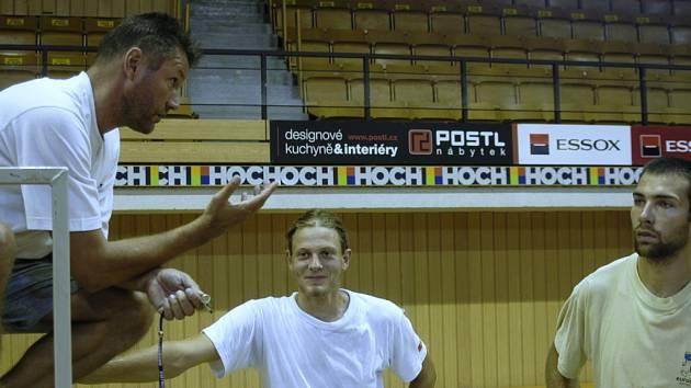 Na předposledním přípravném turnaji v Bialsko Biale se dařilo univerzálu Motysovi (vpravo s nahrávačem EGE ČB Fučíkem a trenérem Bromem).