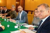 Bezpečnostní rada Horních Rakous, v čele s hejtmanem Thomasem Stelzer, na včerejším jednání.