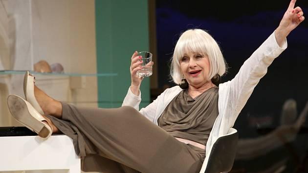 Činohra Jihočeského divadla uvedla 24. dubna premiéru komedie Žena jako druh. Na snímku Bibana Šimonová jako spisovatelka Margot Mason.