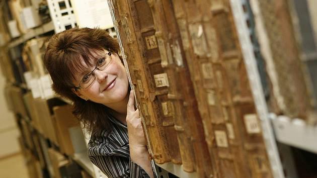 Diana Šmajclová pracuje v budějovickém archivu. Se starými dokumenty musí zacházet velmi opatrně, nesmí se u nich jíst, pít, ani si z nich cokoli obkreslovat tužkou.