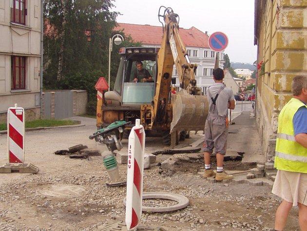 Těžká technika, zanechaná po práci na místě, přitahuje zloděje.