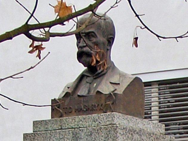 Busta prezidenta Masaryka, kterou někdo ukradl z prostranství před školou v Novém Vrátě.