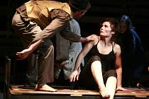 Divadlo Continuo v novém představení Sousedi vrátilo čas o téměř 70 let a zachytilo poslední roky soužití Čechů a Němců v okolí Malovic.