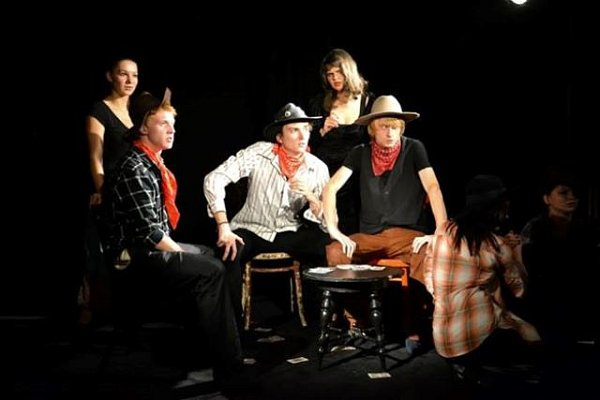 Představení Rendez-vous stabatěrkou mělo premiéru vroce 2013.Nastudovali jej členové dramatického kroužku.