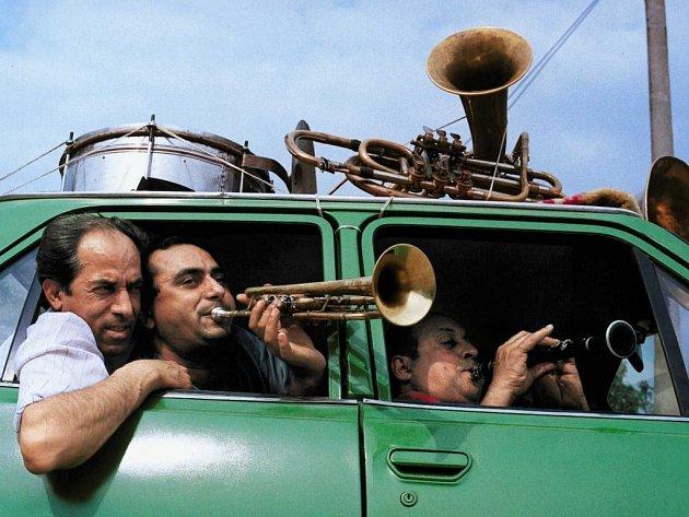 """""""Noty nám jsou cizí,"""" říkají členové vystupující kapely Fanfare Ciocãrlia, která pochází ze severorumunské vesnice Zeke Prajini."""