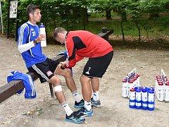 Nový masér Dynama Jakub Vogl má v péči Petra Javorka, jenž v Třeboni se souhlasem Táborska s týmem Dynama trénuje.
