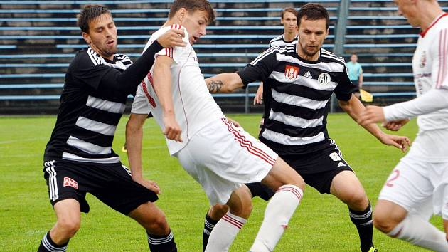 Fotbalisté Dynama v prvním kole II. ligy v Třinci vyhráli 2:0. Na snímku v obranné akci Klesa a Šourek.