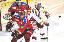 V úvodním utkání hokejové extraligy domácí HC Mountfield přivítal v Budvar aréně Slavii Praha. Na snímku před brankářem Turkem isou Vydarený a Hruška.