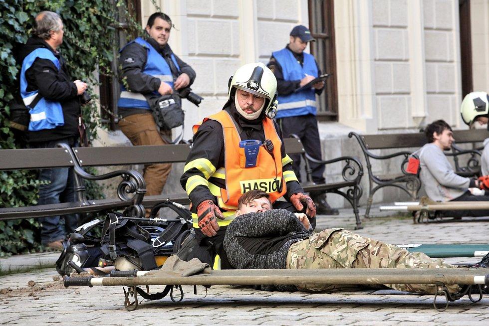 Složky integrovanégo záchranného systému cvičily na Hluboké zásah při, kterém vybuchla bomba a byli zranění návštěvníci památky