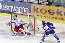 Brankář Roman Turek je obrovskou jistotou hokejistů HC Mountfield. Na našem snímku likviduje skvělým zákrokem velkou šanci kladenského kapitána Pavla Patery.