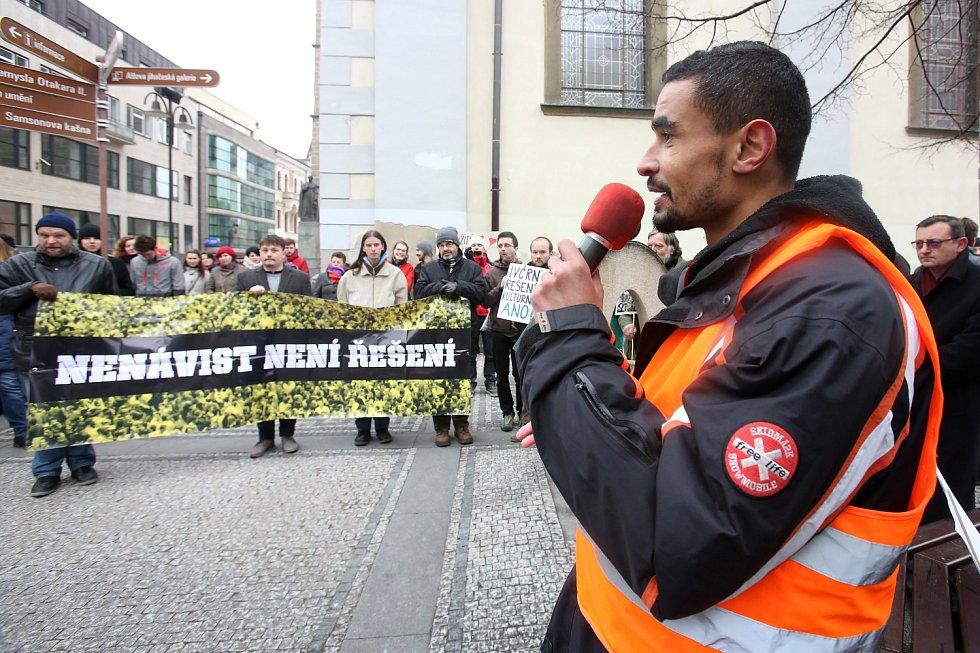 Pod Černou věží se sešli odpůrci demonstrace.