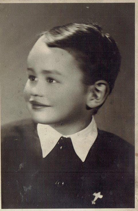 V roce 1950 nebo 1951 mě rodiče přivedli k profesionálnímu fotografovi. Měl jsem se dívat přímo na něj do objektivu, ale nevím proč, stále jsem obracel hlavu na stranu.
