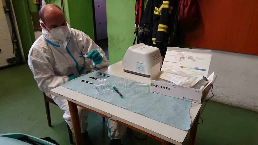 Doposud odběrový tým HZS Jihočeského kraje provedl více než 50 odběrů pro antigenní testy uvnitř jihočeského profesionálního sboru.