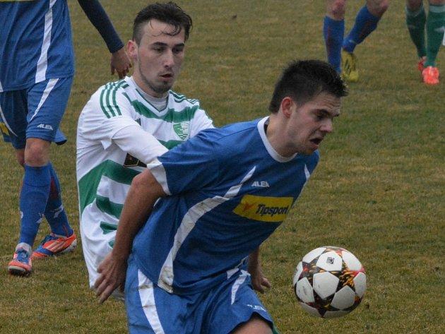 Daniel Lerch v zápase Roudné - Klatovy (4:1) atakuje hostujícího Karla Krejčího. V sobotu hraje Roudné v divizi opět doma s Hořovickem.