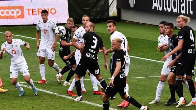 Před týdnem fotbalisté Dynama nenašli recept na zdolání obranného bloku Hradce Králové a nečekaně doma padli 0:1, uspějí v I. lize v sobotu večer na hřišti vedoucí Plzně?