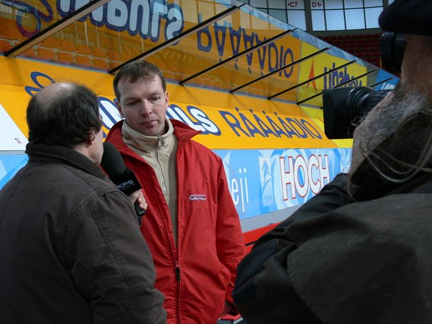 Trenér Milan Černý dává rozhovor Jánu Slepičkovi.