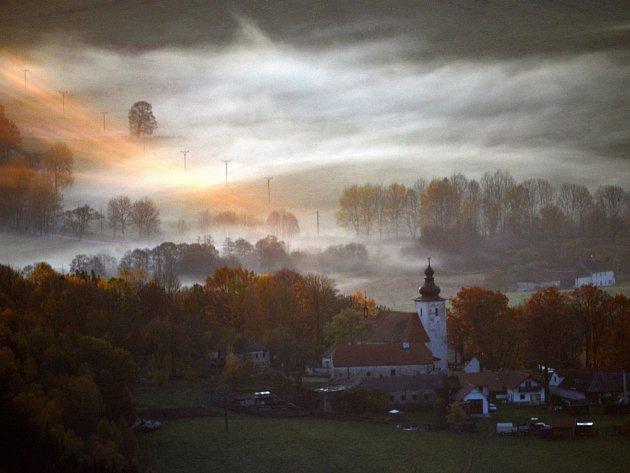 Nezvykle teplé počasí nabízelo v týdnu kouzelné scenérie zvláště při svítání. Na snímku kostelík Panny Marie v Chrobolech.