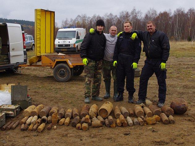 Pyrotechnici  (zleva) Marek Schlauch, Ladislav Černoch, David Kabourek a Radovan Daniel s částí svých loňských nálezů. Na snímku chybí velitel jednotky Pavel Zikmund.