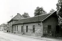 Původní Husova třída ve Čtyřech Dvorech v Českých Budějovicích kolem roku 1970 ve směru od výstaviště. Vpravo bývalý hostinec a zahradní restaurace U Zabloudilů.
