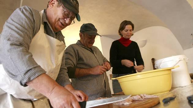 """Stanislav Böhm má ze svého řemesla nejraději výrobu. """"Rád dělám nejen zabijačkové speciality, ale i uzeniny, klobásy a další masné produkty. To je moje specialita,""""  říká."""