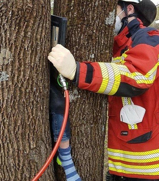 Školáka uvěznil strom.