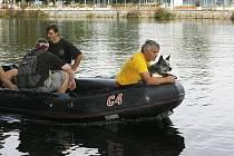 Jaroslav Sedlák se svým psem pátrají po pohřešovaném muži na řece Vltavě.