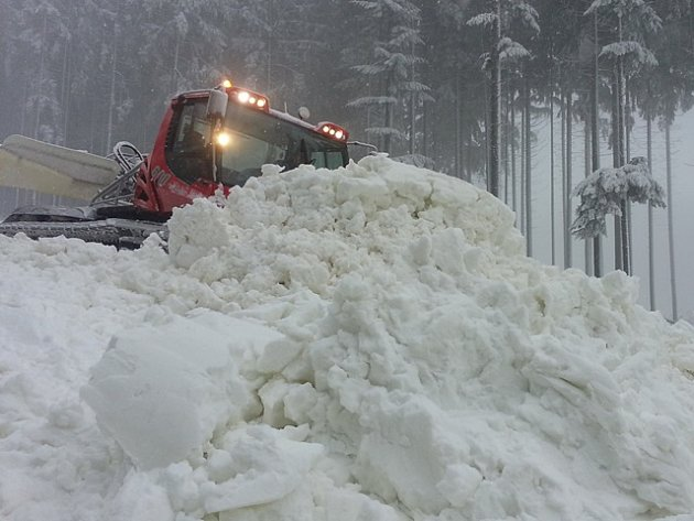 Rolby rozhrnují masy sněhu z děl na sjezdovce Spojovací ve Skiareálu Lipno.