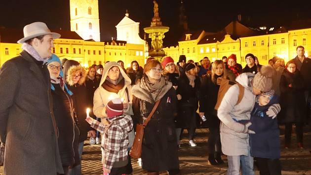 Na českobudějovickém náměstí se sešly desítky lidí, kteří u příležitosti padesátého výročí od upálení Jana Palacha zapalovali svíčky a přinášeli květiny.