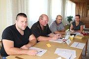 V Temelíně odmítli v referendu stavbu sportovní haly. V okrskové komisi zasedli (zleva) zapisovatel Pavel Kostík, předseda Vladislav Zahálka, Vladimír Šafář a místopředsedkyně komise Irena Kopáčková.