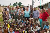 Krollovi a jejich přátelé v Keni.