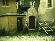 Ovocná ulice v jádru Tábora nedaleko náměstí Mikuláše z Husi. Dům na snímku (vlevo před 40 lety ve filmu, vpravo v dnešním reálu) je důkazem, jak se centrum proměnilo.