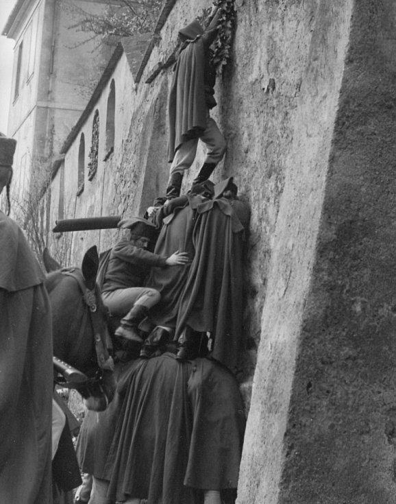 Velitel pandurů překonává zeď s pomocí lidských těl.