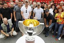 Hokejoví mistři světa s pohárem a zaměstnanci na dvoře pivovaru Budějovický Budvar.