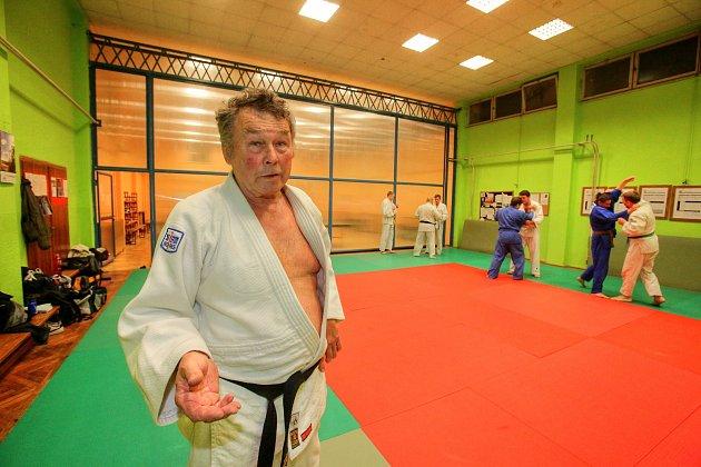 Veteránským mistrem ČR vjudu se stal sedmdesátník Milan Maroušek zČeských Budějovic. Trénuje mimo jiné ise svým synem.