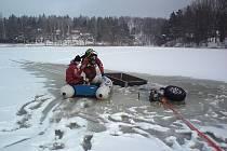 Zásah hasičů na rybníku Mrhal.