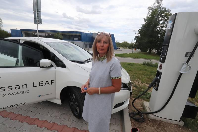 Dobíjecí stanice pro elektroauta ve Čtyřech Dvorech,na snímku Iva Valentová  dobíjí Nissana Leaf