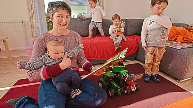 Irene Hofmannová, tříměsíční Moritz, dvouletá dvojčata Lina a Marlen a čtyřletý Anton.