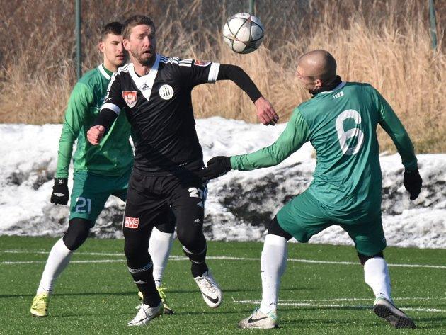 Richard Kalod v přípravě Dynama s Vltavínem (3:0) mezi hostujícími Jandou a Macháčkem.