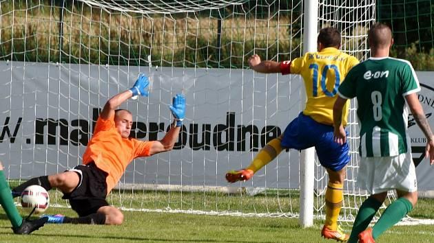 Benešovský Martin Turek dal v Mol Cupu v Roudném tři góly svého týmu, který na jihu Čech zvítězil hladce 5:0. Na snímku Turek zvyšuje na 0:2, brankář Konečný byl bezmocný.