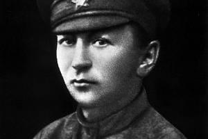 Jaroslav Hašek na snímku z roku 1919, kdy pracoval jako vedoucí tiskárny a literární pracovník časopisu Naše cesta v Ufě.