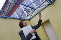 Mluvčí věznice Eva Heroutová na vycházkovém dvoře věznice.