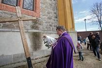 Tomas van Zavrel u hlubockého kostela Jana Nepomuckého.