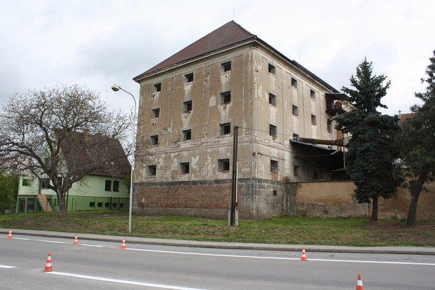 Zpolorozpadlé budovy sýpky vznikne muzeum, okolí se promění vpark sdětským koutkem a venkovním amfiteátrem.