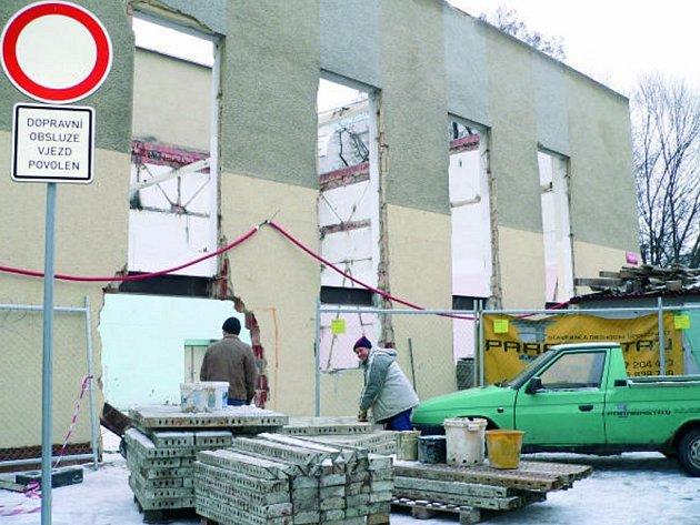 Rekonstrukci bývalé tělocvičny a později second handu u Mlýnské stoky v Českých Budějovicích zahájila specializovaná firma. Práce na obnově budovy by měly skončit do 30. listopadu letošního roku.