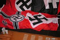 Jeden z nálezů detektivů při středeční razii na neonacisty.