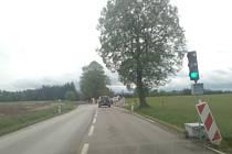 Objížďku na stavbě obchvatu Strážkovic poškodily deště a provoz. Provádějící firma zde položí asfalt.