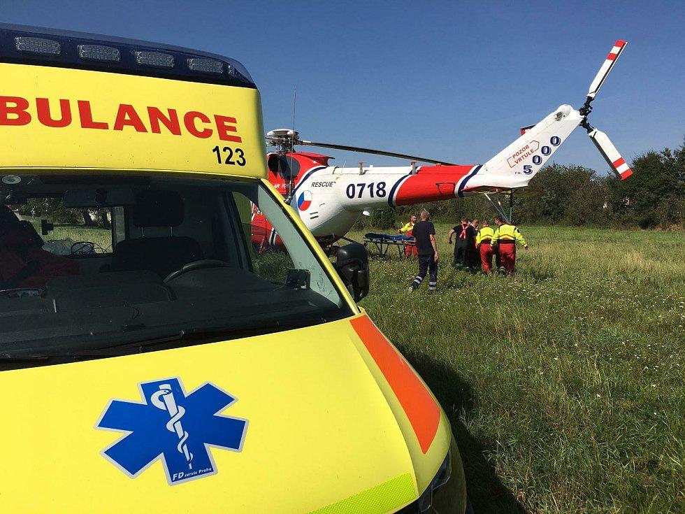 Na místě nešťastné nehody v Čejkovicích na Českobudějovicku spolupracovaly při záchraně seniora posádky pozemní i letecké záchranné služby.