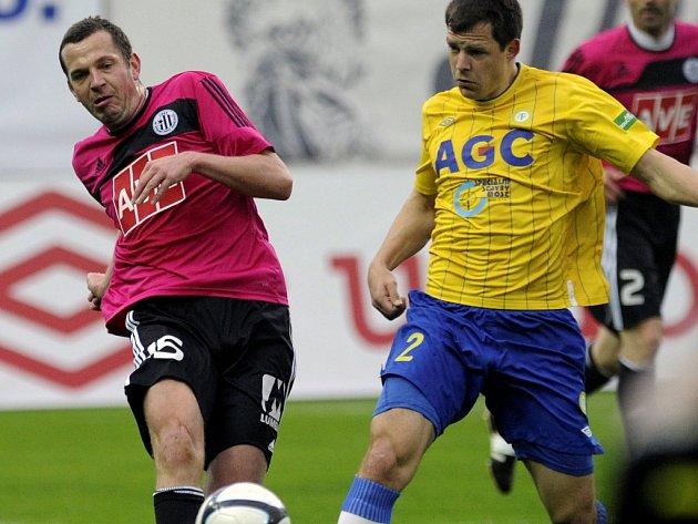 Jan Riegel v Teplicích atakuje Mateje Sivu.
