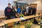 Americký útočník v barvách ČEZ Motoru Ben Walker navštívil hodinu anglištiny na Gymnáziu Česká.